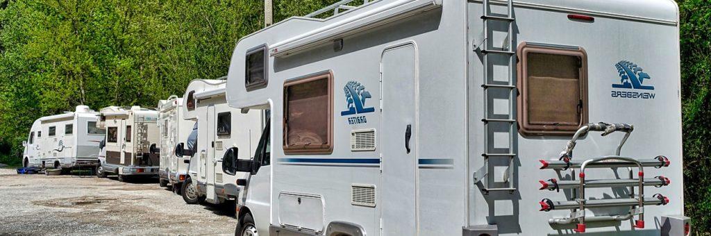 Photo de plusieurs camping car en stationnement