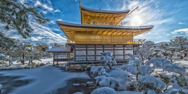 Photo du temple Kinkaku-ji en hiver