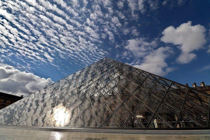 Photo de la pyramide du Louvre