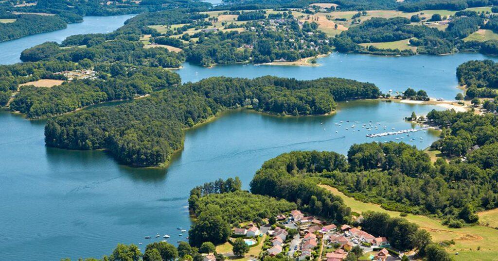 Photo aérienne du lac de Saint Etienne Cantales