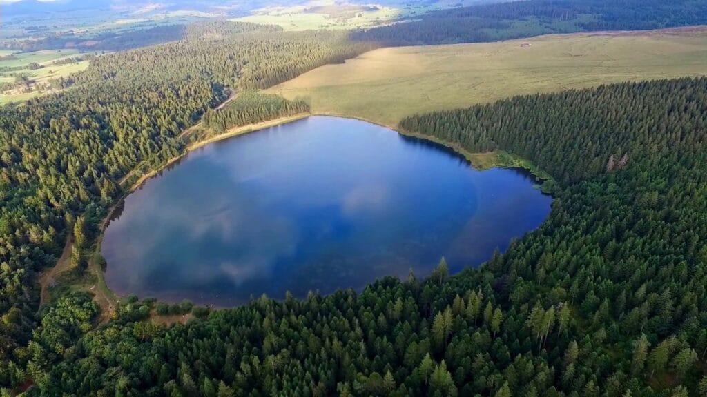 Photo aérienne du lac de Servières